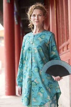 Gudrun Sjödéns Frühjahrskollektion 2015 - Die leicht ausgestellte Tunika Xiang hat eine durchgehenden Knopfleiste und dazu passende quadratische Metallknöpfe. Mature Fashion, Fashion Over 50, Plus Size Fashion, Boho Outfits, Fashion Outfits, Gudrun, Advanced Style, Cool Style, My Style