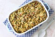 Zin in een lekkere en snelle maaltijd? Maak dan deze pasta-ovenschotel met gerookte kip, paprika, courgette en spinazie. Eet smakelijk!
