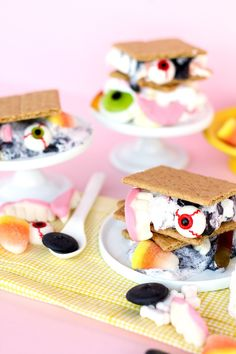 A cool selection with the easiest googly eyes things to DIY for a creepy, colorful and fun Halloween Party! - Spooky Halloween S'mores With Candy Marshmallows, Enthralling Gumption Halloween Snacks, Happy Halloween, Bonbon Halloween, Halloween Themed Food, Dessert Halloween, Easy Halloween Crafts, Halloween Party Themes, Fete Halloween, Spooky Halloween