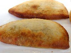 Τα κιμαδοπιτάκια έχουν σαν ζύμη μια πολύ εύκολη και εύπλαστη, που ζυμωμένη με τον τρόπο που δείχνει η Δόξα, δίνει πολύ τραγανό φύλλο. Food Network Recipes, Food Processor Recipes, Cooking Recipes, Pie Recipes, Phyllo Dough Recipes, Cyprus Food, Greek Pastries, The Kitchen Food Network, Pizza