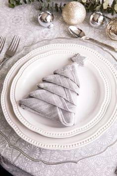 Silver Christmas, Christmas Colors, Xmas, Fall Dinner, Dinner Table, Napkin Folding, Side Plates, Decoration Table, Facon