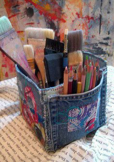 Art Studio Box Tutorial, Upcycled Denim Art Material Storage Box, Denim Crafts, upcycle, recycle- could be really cut with pockets all around and some embroidery or felt with embroidery. Denim Studio Box Tutorial: blue jean pockets make great art supply c Jean Crafts, Denim Crafts, Fabric Boxes Tutorial, Skirt Tutorial, Decoupage Tutorial, Tutorial Sewing, Purse Tutorial, Artisanats Denim, Denim Art