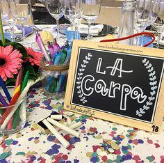 En la boda, mezclamos dos temáticas...la profesión de los novios (el cole) y su pasión (el carnaval)...y así quedó el centro de mesa, que encantó a todos los invitados.  ¿Quieres convertir tu boda en una #bodaLOVE? Escríbenos: hola@lovebodasyeventos.com  LOVE  #love #amor #happy #carnaval #carnival #Cádiz #centrodemesa #centerpiece #wedding #weddingplanner #boda #bodasunicas #bodasbonitas #comparsa #carnavaldecadiz #deco #decor #handmade #inspiration #creative #confetti #lunes #monday…