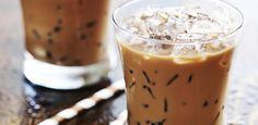 Zutaten für Eiskaffee 'Frappé' (für 1 Glas)      1/2 TL löslicher Kaffee     1,5 TL Zucker     2-3 Eiswürfel     Milch nach Geschmack