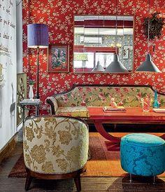 A mistura de estampas florais deu estilo bohemian no projeto da designer de interiores Neza Cesar. Outra marca é o mobiliário antigo
