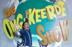 Nico Sturm presenteert de 'omgekeerde show' op Ketnet, waar kinderen kak in koeienkonten katapulteren.