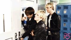 """it's a pull door!"" - Rydel.........and Ross looks so hot"