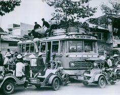 People loading the Saigon bus. Saigon Vietnam, North Vietnam, Vietnam War, Michael Morris, Bus Art, Vietnam History, My War, Indochine, Classic Motors