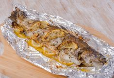 Alufóliában grillezett pisztráng ebédre vagy vacsorára? Alufóliában grillezett pisztráng Receptek a Mindmegette.hu Recept gyűjteményében! Cheesesteak, Bon Appetit, Grilling, Tacos, Low Carb, Lunch, Meals, Cooking, Ethnic Recipes