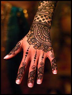 I love the swirl in the design into the fingers and the row of flowers along the back of the hand.