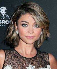 Super Short Haircuts For Women. A woman who decides to wear super short hair is a woman who sends out a really brave message. Side Swept Hairstyles, Pretty Hairstyles, 1940s Hairstyles, Updo Hairstyle, Short Hair Cuts For Women, Short Hair Styles, Sarah Hyland Hair, Superkurzer Pixie, Hair Color And Cut