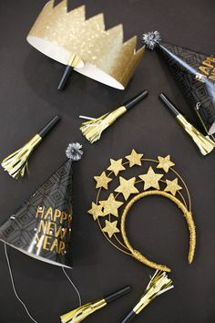 How to throw a simple and fun family new year's eve party. Easy Ideas and Decorations for a Family New Year's Eve Party. See how simple it is to throw a fantastic NYE party! Printables, tutorials, and more! Diy New Years Party, New Year Diy, New Year Gifts, Happy New Year Gift, Family New Years Eve, New Years Eve Food, New Years Eve Party Ideas For Family, New Year's Eve Celebrations, New Year Celebration