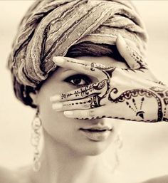 Henna tattoo - - i love this culture. it's so pretty.