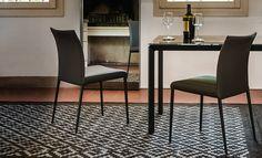 Sedia con struttura in acciaio cromato, verniciato e rivestimento in pelle e ecopelle. Sedia molto leggera e dalla forma curva dello schienale per un comfort massimo.