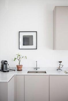 Minimalistische keuken met marmeren werkblad.