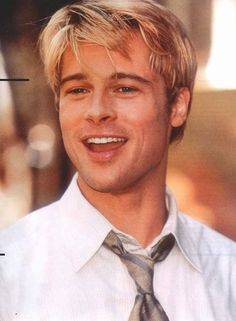 Brad Pitt was a good blond Junger Brad Pitt, Beautiful Boys, Pretty Boys, Brat Pitt, Brad And Angelina, Jolie Pitt, Celebrity Moms, Celebrity Photos, Celebrity Style