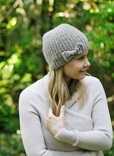 """Ravelry: """"Bow""""tiful Beanie pattern by schneckenstrick Beanie Knitting Patterns Free, Knit Beanie Pattern, Knit Patterns, Free Knitting, Baby Knitting, Knitting Hats, Knitting Ideas, Knitting Needles, Knitting Projects"""