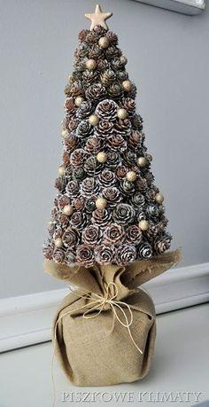 DYI choinka z szyszek Pine Cone Christmas Tree, Creative Christmas Trees, Christmas Makes, Rustic Christmas, Handmade Christmas, Miniature Christmas, Pine Cone Decorations, Christmas Tree Decorations, Christmas Wreaths