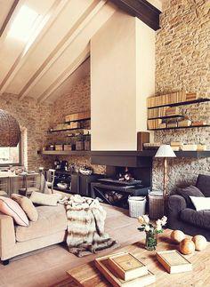 1-mur-en-fausse-pierre-pour-le-salon-d-esprit-loft-sol-en-carrelage-beige-et-plafond-sous-pente.jpg (700×959)