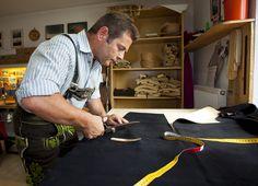 Lederhosenmacher Engelbert Aigner beim Zuschneiden einer Lederhose