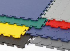 Garage mit PVC-Fliesen für professionellen Garagenboden