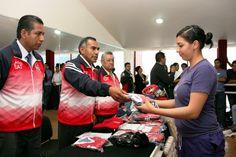 Entregó Rector de la UAT uniformes a estudiantes que compiten en la Universiada Regional 2014  Participa una delegación de 221 deportistas en 13 disciplinas