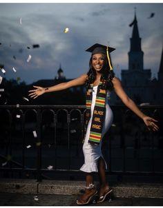 Graduation Look, Graduation Picture Poses, College Graduation Pictures, Graduation Portraits, Graduation Cap Designs, Graduation Photoshoot, Grad Pics, Graduation Ideas, Future Goals