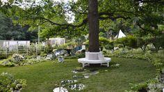Круглая (большая) деревянная скамья для сада белого цвета.