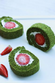 matcha roll cake with fresh strawberry Cake Roll Recipes, Dessert Recipes, Green Tea Dessert, Matcha Cake, Green Tea Recipes, Green Cake, Gateaux Cake, Japanese Sweets, Japanese Cake