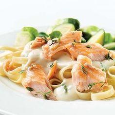 Découvrez cette délicieuse recette de linguines au saumon, qui séduira tous les amoureux de pâtes et de poisson, petits et grands. Prêt en moins de 30 min.