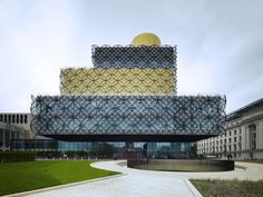 The Library of Birmingham is a transparent glass building. Its delicate filigree skin is inspired by the artisan tradition of this once industrial city. Mecanoo's design