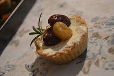 Babbi e le Palle di Pelo: Tartellette con formaggio di capra, uva arrostita ... Capri, Cupcakes, Desserts, Food, Tailgate Desserts, Cupcake, Meal, Deserts, Essen