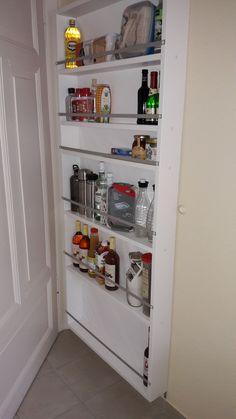 Mit einem Regal den Platz hinter der Küchentüre als Stauraum nutzen.