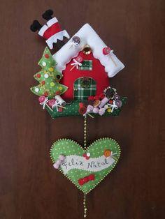 Resultado de imagem para casinha de natal em feltro by lynn Felt Christmas Decorations, Christmas Ornament Crafts, Christmas Sewing, Felt Ornaments, Christmas Art, Christmas Projects, Felt Crafts, Handmade Christmas, Holiday Crafts