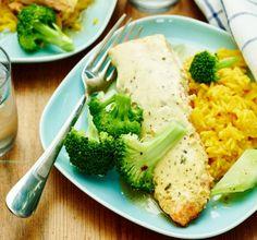 Laxfilén grillas i ugnen i en underbart krämig sås gjord på crème fraiche med bearnaisesmak. Riset piffas till med gurkmeja och blir både vackert solgul och får en härlig smak. Servera med knallgrön broccoli och du har en färgsprakande och god middag som både små och stora kommer att tycka om.