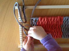 Tisser en T-Shirt. Ou : apprendre à fabriquer du fil et à tisser. Dessus, dessous, dessus, dessous...