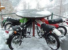Motos anciennes = sièges avec table centrale