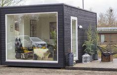 Få mere plads med et færdigbygget anneks leveret i din have Tiny House Loft, Modern Tiny House, Modern Bungalow, Backyard Cabin, Modern Backyard, Hygge, Small Wood Burning Stove, Modern Greenhouses, Shelter Design