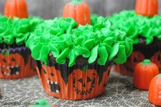 Pumpkin Cake with Cream Cheese Frosting Halloween Goodies, Halloween Treats, Fall Halloween, Happy Halloween, Halloween Baking, Halloween Cupcakes, Halloween Stuff, Pastry Bags And Tips, Gel Food Coloring