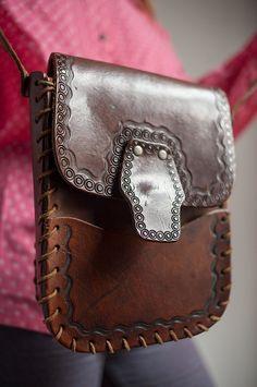 Vintage Chestnut Brown Tooled Leather Shoulder Bag por BoBoVintage