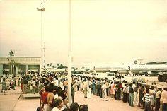https://flic.kr/p/b5xqK | Primeiro Jumbo nos Guararapes Abr 1980 Lufthansa_4_2 | Recife. Abril de 1980.  Pátio do antigo Aeroporto dos Guararapes. Festa para os spotters.. Primeiro B 747 Jumbo a pousar no Recife. Lufthansa.