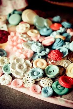 Buttons - oh, I'm in love with vintage buttons.I would love to have had my grandma's treadle sewing machine with the button drawer.I hope the person that got it, enjoyed those buttons, because I sure did as a child. Button Art, Button Crafts, Sewing Notions, Sewing Box, Vintage Love, Vintage Graphic, Vintage Buttons, Retro, Vintage Sewing