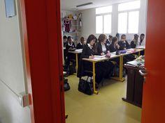 Os uniformes da França também continuam formais e até as mochilas também são parte do uniforme dos alunos