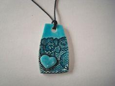 Pendentif céramique bleu, dentelle et coeur. : Pendentif par crisland
