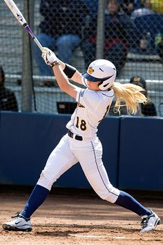 Jugado en contra hace un mes! Cal shortstop Britt Vonk was just 17 when she played for the Dutch national team in the 2008 Olympics. Women's College Softball, Softball Memes, Softball Workouts, Softball Uniforms, Softball Senior Pictures, Softball Bats, Girls Softball, Fastpitch Softball, Softball Players