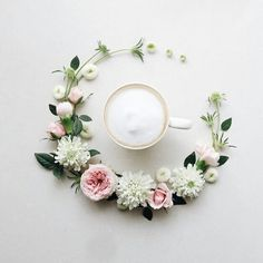 Sawa, better known as La Fee De Fleur loves her coffee accompanied by fresh blooms from her garden. Combining her 3 greatest passions – coffee, flowers Coffee Art, Coffee Time, Morning Coffee, Design Creation, Coffee Flower, Flat Lay Photography, Passion Flower, Coffee Design, Japanese Artists