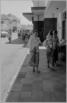 Vintage Pictures, Old Pictures, Indonesian Women, Batik Kebaya, Emotional Photography, Culture Clothing, Dutch East Indies, Javanese, Wedding Mood Board