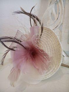 Tocado en tonos beige y rosa nude con plumas