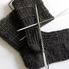 sewing for men Easy sock knitting pattern for men - pair of socks from sock series for easier access. This pair is perfect for both genders. Pattern is simple yet interesting and it holds the sock nicely around the foot. My kid, who loves… Knitting Blogs, Easy Knitting Patterns, Knitting For Beginners, Knitting Stitches, Knitting Designs, Knitting Socks, Free Knitting, Knitting Tutorials, Finger Knitting