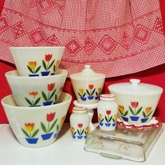 Fireking tulips and pyrex tulip Vintage Bowls, Vintage Kitchenware, Vintage Tins, Vintage Dishes, Vintage Coffee, Vintage Glassware, Vintage Pyrex, 1950s Decor, Plywood Furniture
